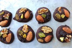 dark chocolate trail mix bites - 45 calories per piece! Whole Food Recipes, Snack Recipes, Plant Based Whole Foods, Health Snacks, Dark Chocolate Chips, Healthy Treats, Creative Food, Just Desserts, Marshmallow