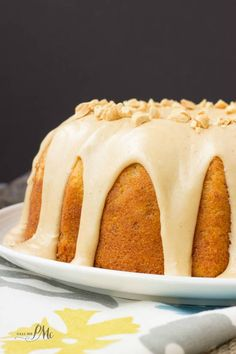 Peanut Butter Glazed Banana Pound Cake is simple, classic and irresistible! This is a ultra-moist cake, thanks to mashed bananas. Banana Pound Cakes, Easy Pound Cake, Banana Bundt, Peanut Butter Dessert Recipes, No Cook Desserts, Delicious Desserts, Chocolate Pound Cake, Chocolate Recipes, Bundt Cake Glaze