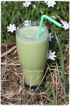 Grønn smoothie med druer. (~Eldeen~) Glass Of Milk, Drinks, Food, Blogging, Drinking, Beverages, Meal, Essen, Drink