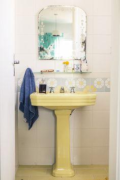 Thabata Guerra - Casa Aberta ...vintage mirror, flower tiles, pedestal sink