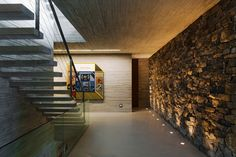 Escalera - muro recubierto y piso de concreto