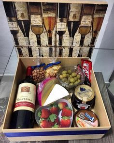 Have you ever heard about a box party? An easy, fun and super-authentic method, the box party consists of kits to celebrate something with a few people in Birthday Surprise For Husband, Surprise Box, Gift Hampers, Gift Baskets, Food Gifts, Diy Gifts, Christmas Decorations To Make, Christmas Gifts, Gift Box For Men