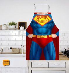 O herói da casa merece seu reconhecimento por ajudar na cozinha no dia a dia. Com o avental criativo super marido você sempre terá a ajuda que precisa. #supermarido #aventalcriativo #aventalsupermarido #aventaiscriativos