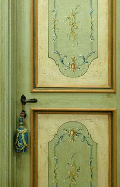 Riproduzione di una porta del '600 dipinta con motivi del periodo, realizzata in pioppo antico di patina e pioppo nuovo. Visita il sito