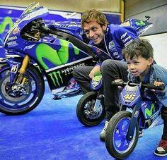 Valentino Rossi con un piccoli pilota