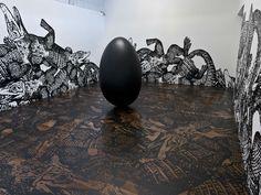 """A partir de 2 de abril, até 25 de maio, a Galeria Luciana Brito apresenta a nova exposição da artista Regina Silveira chamada """"Offscale"""" ."""