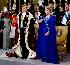 HM King Willem Alexander of the Netherlands and HM Queen Maxima of the Netherlands during their inauguration ceremony at New Church on April 2013 in Amsterdam, Netherlands. Get premium, high resolution news photos at Getty Images Inauguration Ceremony, Dutch Women, Space Outfit, Estilo Real, Queen Rania, Cape Dress, Royal Fashion, Style Fashion, Elegant Outfit