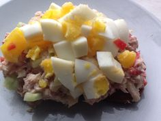 Speltboterham met tonijn, appel, komkommer, puntpaprika, Griekse yoghurt en een gekookt ei