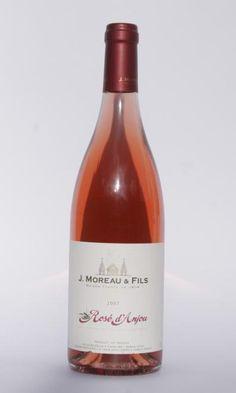 Rose D´Anjou (Cabernet Franc) de Francia. 750ml Semiseco del Valle de la Loire, Una refrescante bebida de aromas seductores y suave paso en paladar. A la vista es un brillante y limpio vino rosado con ribete transparente; en nariz se perciben aromas de fresa, durazno y notas ligeramente cítricas. En paladar es amable, con paso aterciopelado de agradable acidez y un toque dulce ligero. Es un vino muy agradable para aquellos que dan sus primeros pasos en el fascinante mundo del vino.