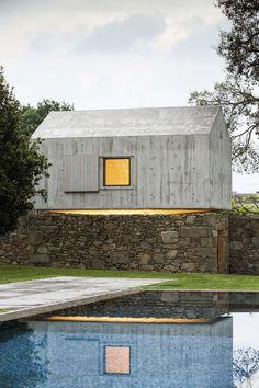 Chamados a reformar um antigo pombal nos fundos do terreno de uma casa em Braga, Portugal, os arquitetos do escritório AZO Sequeira Arquitectos Associados propuseram uma utilidade diferente para a ver mais
