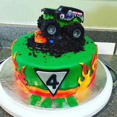 All ready for Tates Monster Jam! Amazing cake by Desiree Togami! Festa Monster Truck, Monster Truck Birthday Cake, 3rd Birthday Cakes, Boy Birthday Parties, Birthday Ideas, Monster Jam Cake, Monster Truck Cakes, Grave Digger Cake, Cupcake Cakes