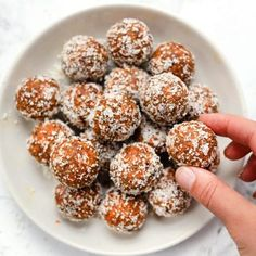 Vegan Carrot Cake Bites Recipes These healthy carrot cake bites remind you of an indulgent slice of cake, but are actually good for you! They're vegan, no-bake and serio. Vegan Sweets, Healthy Sweets, Vegan Snacks, Healthy Baking, Vegan Desserts, Dessert Recipes, Flourless Desserts, Vegan Recipes, Vegan Lunches