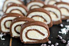 Velmi oblíbená rychlovka, která svou chutí připomíná tyčinku Bounty. Bez pečení a připravená jen z několika základních surovin. Ingredience na10porcí Těsto 250 g sušenek dle chuti 1 lžíce moučkového cukru 3 lžíce holandského kakaa 100 ml vlažné vody nebo mléka Náplň 170 g strouhaného kokosu 110 g másla, pokojové teploty 60 g moučkového cukru 3 […] Candy Recipes, Dessert Recipes, Yummy Recipes, Cheesecake Recipes, Delicious Desserts, Yummy Food, Ice Cream Candy, Almond Joy, Unsweetened Cocoa