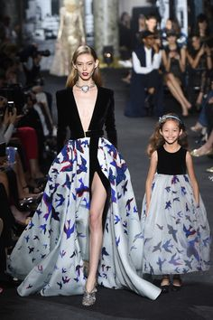 There are Elie Saab fall-winter collection for mothers and daughters. Incredible and irresistible gowns Check others Elie Saab Couture collection on Fashion Week, Look Fashion, Daily Fashion, Runway Fashion, High Fashion, Fashion Show, Fashion Design, Paris Fashion, Space Fashion