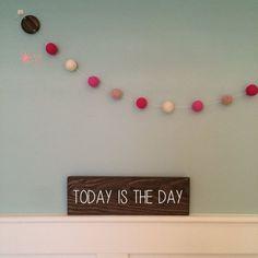 Guirlanda de Bolinhas de Feltro Combinação Rosa e plaquinha personalizável de madeira para decoração de quartos e festas infantis