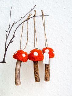 Whimsical Set Gefilzte Giftpilze mit Holzbein Dekoration.    Diese waren Nadel Filz auf einer Styropor-Unterlage verwenden nur reine Merinowolle