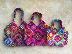 Crochet Granny Square Bag - Crochet Inspiration - No Pattern - (crochetbug) Bag Crochet, Crochet Shell Stitch, Crochet Handbags, Crochet Purses, Love Crochet, Beautiful Crochet, Sac Granny Square, Granny Square Crochet Pattern, Crochet Squares