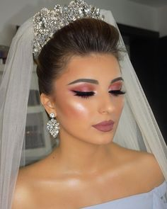 Dicas de maquiagens para noivas Bridal Makeup Looks, Bridal Hair And Makeup, Bride Makeup, Wedding Makeup, Hair Makeup, Wedding Hairstyles With Crown, Bride Hairstyles, Bride Tiara, Headpiece Wedding