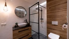 Mala lazienka, czarno biala z dodatkami drewna, wanna i prysznic White Bathroom, Small Bathroom, Bathrooms, Industrial Bathroom Design, Bohemian Bathroom, Malaga, Double Vanity, Mirror, Interior