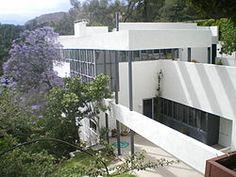 Richard Neutra, Lovell health House, Los Angeles, California, 1927-1929 Pensée pour le progrès, orientée vers l'avenir. - relation avevc le milieu naturel - assurer l'ensoleillement - ossature légère d'acier -exemple réussi de préfabrication avec des panneaux- ballons suspendus par des câbles métalliques.