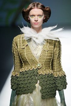 crochet in high end couture Somarta SS 2013 Crochet Bolero, Gilet Crochet, Diy Crochet And Knitting, Crochet Coat, Crochet Jacket, Crochet Cardigan, Crochet Clothes, Crochet World, Knitwear Fashion