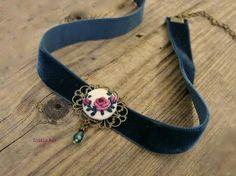 colier albastru Embroidery Jewelry, Bullion Embroidery, Cross Stitch Embroidery, Mini Cross Stitch, Beaded Embroidery, Hand Embroidery, Embroidery Designs, Jewelry Wall, Fabric Jewelry