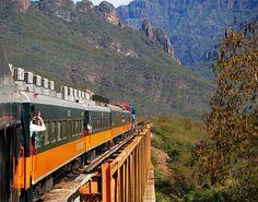 Es el Copper Canyon en Mexico. Se puede tomar viajes ferroviarios en Chihuahua Ferrocarril Pacífico Al.