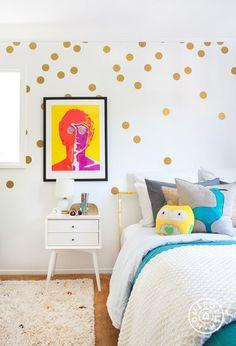 Pared de lunares   Una pared blanca + lunares dorados adhesivos = una habitación nueva