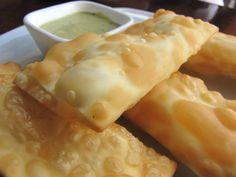 Tequeños peruanos acompañados con salsa huancaina.