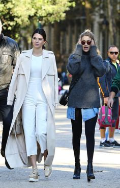 """runwayandbeauty: """"Kendall Jenner & Gigi Hadid - Out and about in Paris, October (Gigi's expression is adorable) """" Kendall Jenner Style, Kendall Jenner Gigi Hadid, Gigi Hadid Outfits, Kylie, Estilo Gigi Hadid, Gigi Hadid Style, Best Street Style, Street Style Looks, Models Off Duty"""