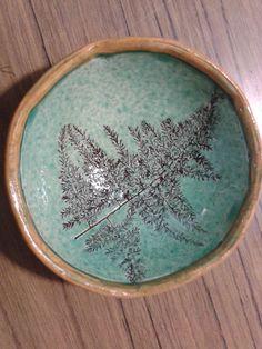 Hojas de helecho impresas con óxido de hierro y esmalte trasparente con óxido de cobre.