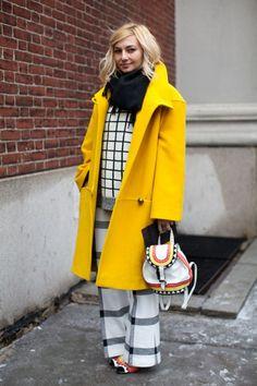 Девушка в желтом пальто оверсайз