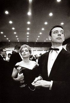Yves Montand and Simone Signoret receives an Oscar for the film Les Chemins de la haute ville directed by Jack Clayton. Photo by Dennis Stock Gjon Mili, Hollywood Cinema, Vintage Hollywood, Hollywood Glamour, Saint Yves, James Dean, Cannes, Film Mythique, Yves Montand