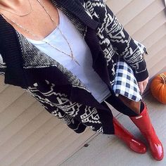 """Leslie on Instagram: """"Seriously, this fall weather is just gorgeous. This cozy sweater is all I needed for some quick errands around town (with my little shopping buddy). // sweater #tjmaxx // shirt and jeans #oldnavy // clutch @oohbabydesigns // boots #hunterboots // necklace @luxestatements"""""""