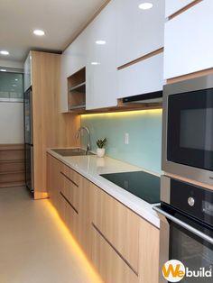 Luz LED en zoclo y orilla interior Simple Kitchen Design, Kitchen Room Design, Kitchen Cabinet Design, Kitchen Layout, Home Decor Kitchen, Interior Design Kitchen, Interior Livingroom, Küchen In U Form, Kitchen Modular