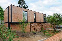 Casa 4M, proyecto  nace por encargo de un fotógrafo uruguayo, que impone como condición el uso del ladrillo como material principal, por l...