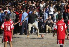 David Beckham engagiert sich als Unicef-Botschafter für Kinder in Nepal. Ein Charity-Match in Kathmandu bestritt er angenehm unprätentiös in T-Shirt, Chinos und Palladium Boots.
