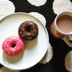 K1 hat sich heute mal Sojakakao und Minidonuts gewünscht. Na dann. #tiefkühler #lebenmitkindern #kaffeezeit #familienblog #elternblog