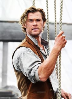I read the historically accurate book, In the Heart of the Sea, about the event that inspired Moby Dick that was written by Nathaniel Philbreck last year and I am looking forward to the movie! Chris Hemsworth in The Heart of the Sea Luke Hemsworth, Hemsworth Brothers, Story Inspiration, Character Inspiration, Storyboard, Z Cam, 2015 Movies, Actrices Hollywood, Pirate Life