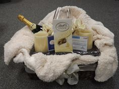 Silent Auction Idea - Romance basket with candles, chocolates, champagne and hotel voucher. Fundraiser Baskets, Raffle Baskets, Diy Gift Baskets, Basket Gift, Theme Baskets, Silent Auction Baskets, School Auction, Auction Items, Cool Gifts