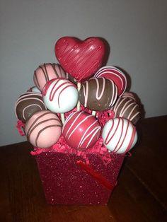 #cakepopbouquet Cake Pop Bouquet, Flower Cake Pops, Valentines Day Desserts, Valentine Cake, Valentine Treats, Cakepops, Tulip Cake, Cake Pop Displays, Crinkle Cookies
