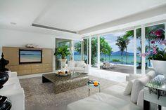 Cette villa de luxe dispose d'un grand et spacieux séjour avec de larges baies vitrées