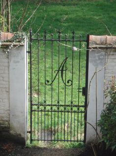 Porte d 39 entr e exterieur en fer forg facade pinterest for Portillon de jardin en fer forge