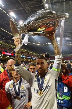 Real Madrid captain Sergio Ramos lifts the trophy after Real Madrid won the UEFA Champions League final football match between Juventus and Real Madrid at The Principality Stadium in Cardiff, south Wales, on June 3, 2017. / AFP PHOTO / Glyn KIRK