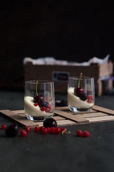Vasos de pastel de yogur con cerezas y frutos rojos