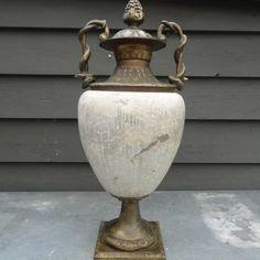 Rijk bewerkte bronzen siervaas met slangen en dennenappel als knop, de buik is van massief beton, 48 kilo
