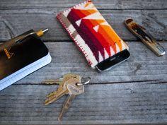 En esta manualidad te mostraremos como hacer una sencillas fundas para un celular
