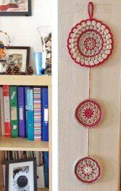 Nectarine and rafia mandala crochet wall pendant diy and cra Art Au Crochet, Crochet Mandala Pattern, Crochet Socks, Crochet Beanie, Love Crochet, Crochet Doilies, Crochet Patterns, Crochet Home Decor, Crochet Crafts