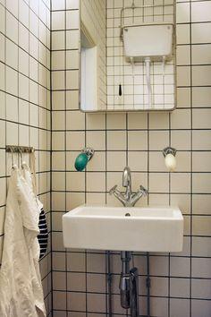 Klassiskt badrumsskåp med svängbar spegeldörr och rostfri spegelram. 2 plåthyllor. Mått på spegelluckan, ca 390x510 mm. Mått på plåtskåpet, ca 370x500 mm.