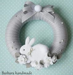How to DIY you Bunny with 5 minutes Wreath Crafts, Diy Wreath, Felt Crafts, Easter Projects, Easter Crafts, Easter Wreaths, Holiday Wreaths, Fabric Wreath, Diy Ostern